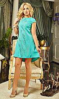 Женское платье свободного силуэта украшено перфорацией, цвета мяты