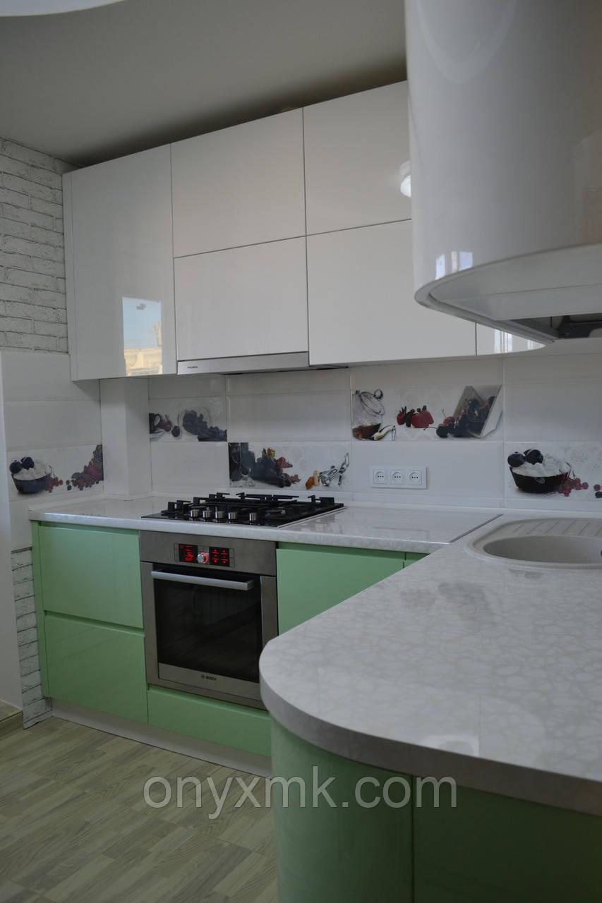 Угловая кухня без ручек с радиусными фасадами