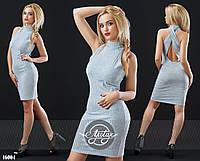 Силуэтное платье с открытой спинкой светло-серое