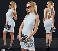 Силуэтное платье с открытой спинкой белое