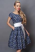Красивое женское платье с бежевым принтом
