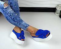 Мега крутые замшевые шлепки, сабо синего цвета с цветами на белой платформе