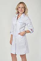 Белый медицинский халат на пуговицах с вырезами по бокам