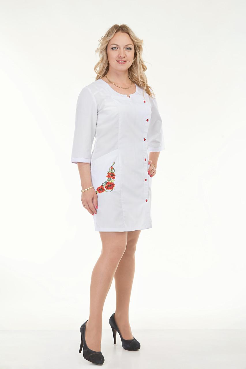Белый медицинский халат с вышивкой на кармане