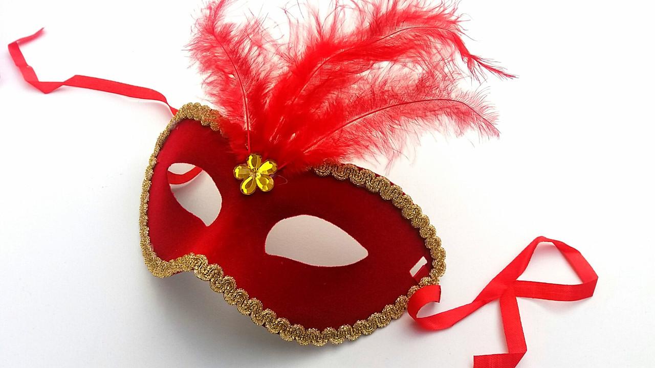 Карнавальная маска  с перьями красного цвета