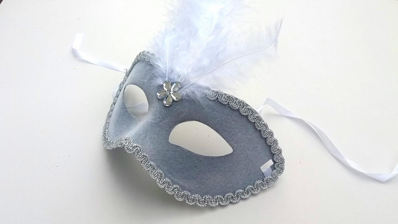 Карнавальная маска  с перьями серого цвета