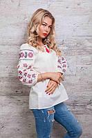 Женская блуза украшена вышивкой в виде геометрического узора, молочная