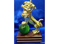 Собака Фу на зеленом шаре золото (13,5х10х5 см) ( 2288)