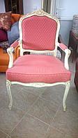Дамское мягкое кресло в стиле рококо с подлокотниками и оригинальным дизайном обивки.