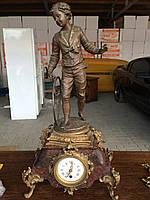 Старинные каминные  часы с мальчиком.