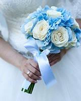 Букет невесты из голубой гортензии и кремовой розы