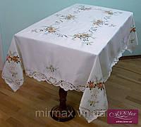 Атласная скатерть белая с цветочной вышивкой