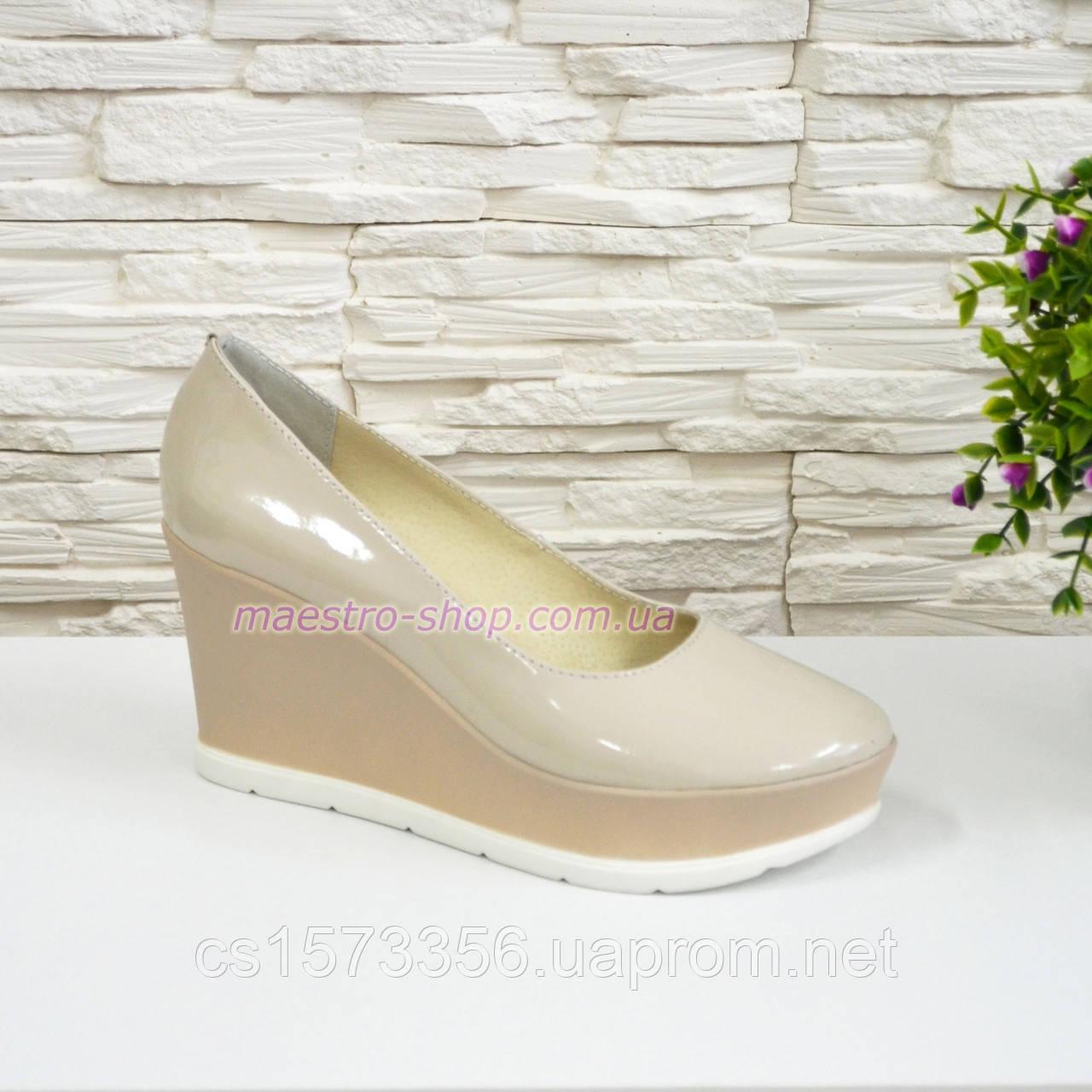 Женские бежевые лаковые туфли на устойчивой платформе.