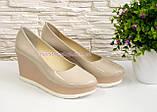 Женские бежевые лаковые туфли на устойчивой платформе., фото 2