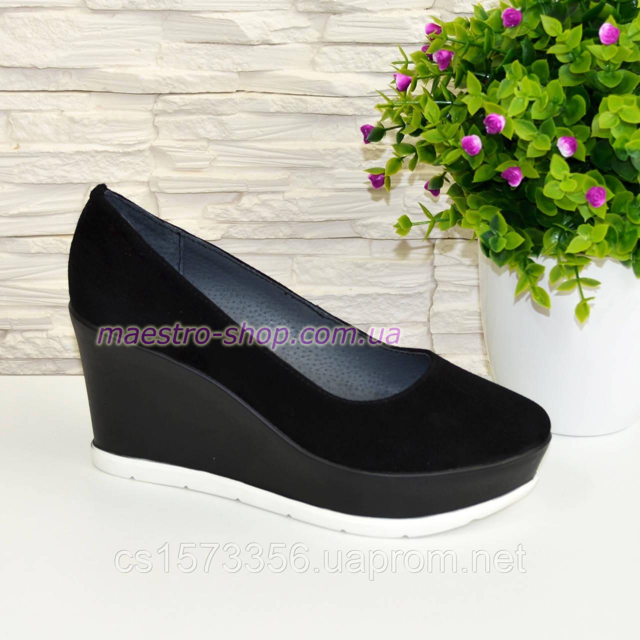 Жіночі чорні замшеві туфлі на стійкій платформі.