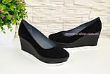 Жіночі чорні замшеві туфлі на стійкій платформі., фото 3