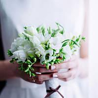 Букет невесты из белых фрезий и эустом