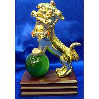 Собака Фу на зеленом шаре золото 13,5х10х5 см
