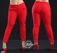 Яркие брюки с подворотами красные