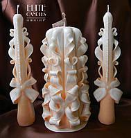 Великі весільні свічки персикового кольору. Центральна свічка має восьми-грнанную форму