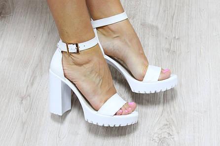 Кожаные белые босоножки на устойчивом каблуке