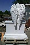 Статуи ангелов на кладбище. Скульптура Скорбящий ангел сидящий на тумбе из литьевого камня, фото 5