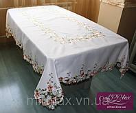 Атласная скатерть белая с розовыми цветами