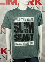 Мужскую футболку с надписями в цвете темно-зеленый меланж батал