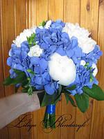 Букет невесты из синей гортензии, белых пионов и фрезии.