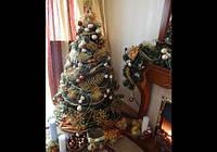 Новогодняя елка коричнево-бежево-золотая.