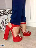 Стильные босоножки на устойчивом каблуку 15 см, материал искусственная замша, расшиты бусинами. Цвет красный