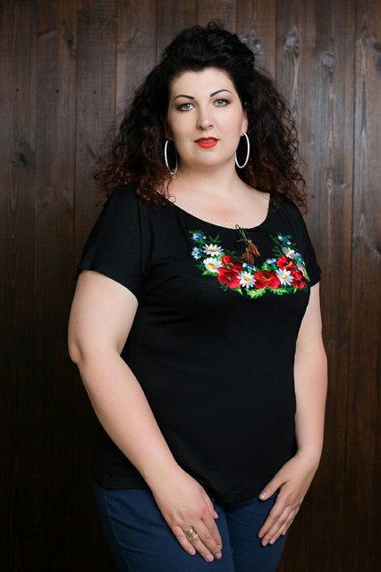 Трикотажная женская футболка с вышивкой