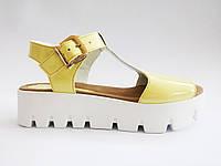Женские летние желтые лаковые сандалии на платформе In-Trend
