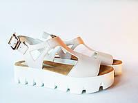 Женские модные стильные бежевые сандалии на тракторной подошве, эко-кожа
