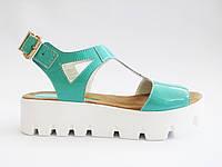 Женские летние бирюзовые лаковые сандалии на тракторной подошве In-Trend