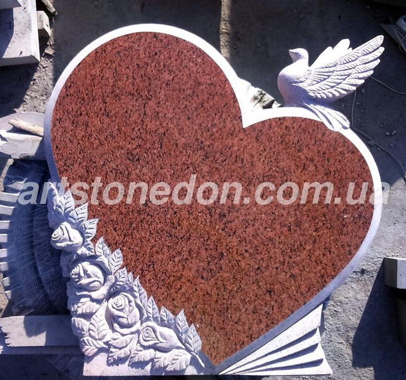 Гранитный памятник в форме сердца с голубем