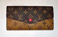 Красивый кожаный кошелек в форме конверта на кнопке LV