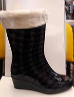 Женские резиновые сапоги с утеплителем на танкетке сбоку молния  0004РСМ