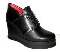 Туфли женские закрытые на танкетке натуральные 0001СОМ
