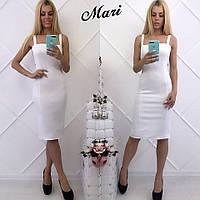 Белое приталенное платье на бретелях