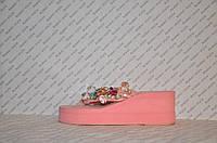 Шлепки женские на средней танкетке розового цвета текстиль украшены камнями