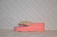 Шлепанцы розовые женские на средней танкетке украшены жемчугом