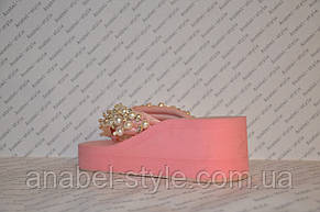 Шлепанцы розовые женские на средней танкетке украшены жемчугом, фото 3