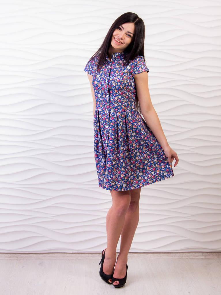 Синее платье с принтом в мелкие цветочки