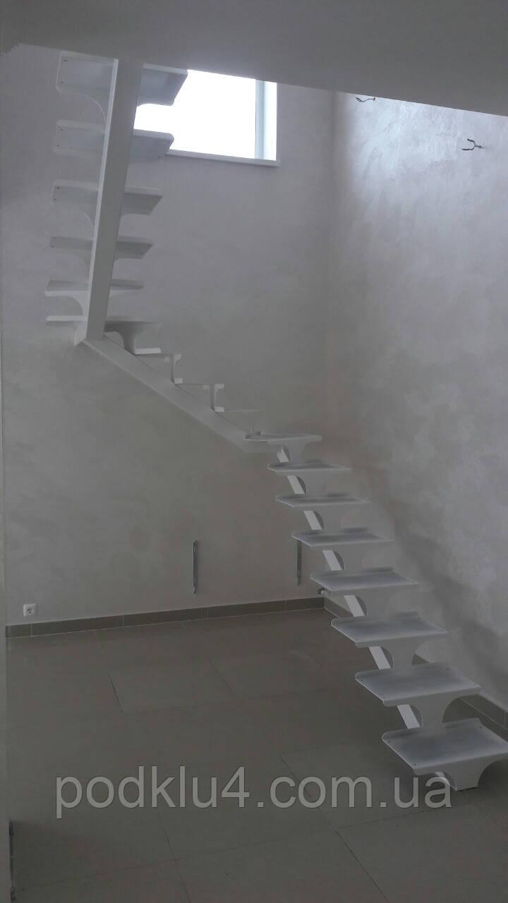 Лестница белого цвета на прямом косоуре