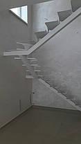Лестница белого цвета на прямом косоуре, фото 3