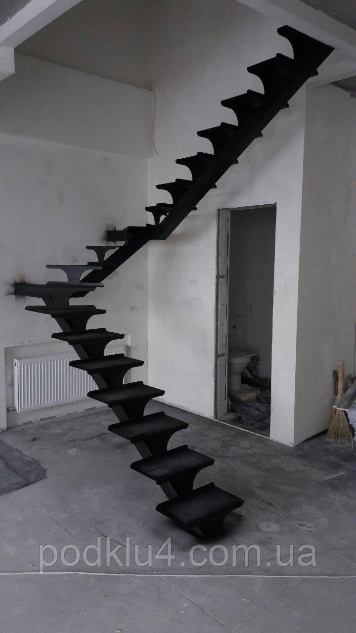 Лестница на прямом косоуре черная