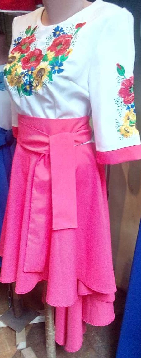 Модное вышитое платье удлиненное сзади