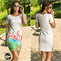 Элегантное платье прилегающего силуэта, спереди декорировано оригинальным ярким принтом.