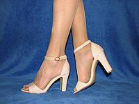 Нарядные женские бежевые лаковые босоножки на каблуке закрытая пятка